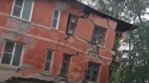 Стена двухэтажного дома рухнула в Ленинском районе Челябинска