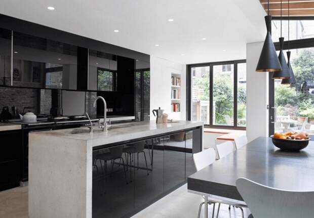 Просто шикарный интерьер кухни в темных тонах, что преображен за счет черных цветов.