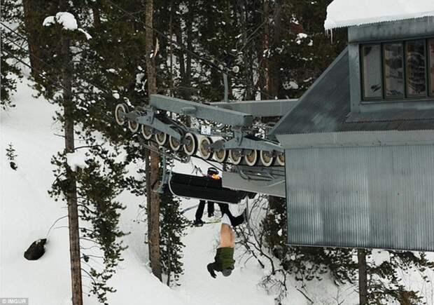 Лыжник потерял штаны, вылетев из подъемника, и висел так 10 минут, пока не подоспела помощь животные, люди и животные, неудачные моменты, туристы, фейлы
