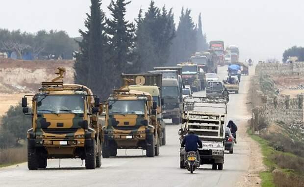 На фото: конвой турецкой военной техники в сирийской провинции Идлиб
