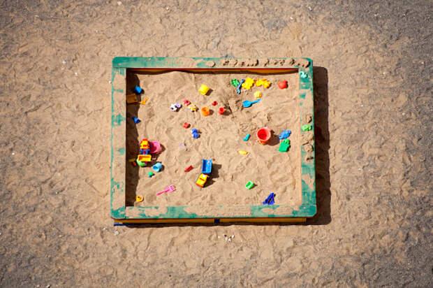 Коммунальщики заполнили песочницу песком на детской площадке на Мусорского