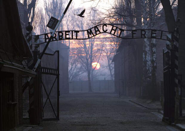 Главные ворота концлагеря Освенцим.