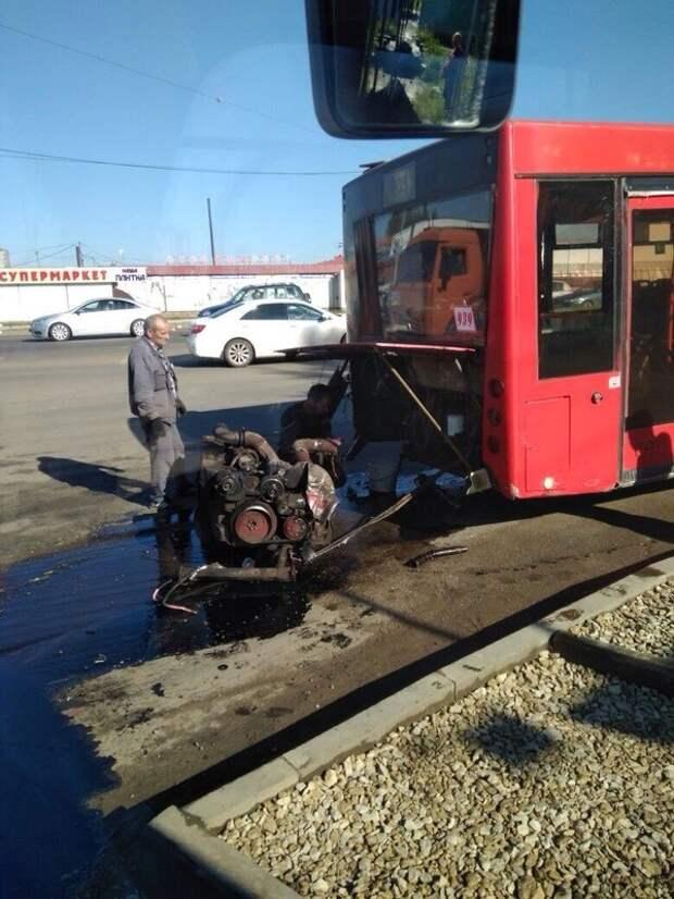 В Казани у автобуса на ходу выпал двигатель. авто, автомобильный, автоприкол, автоприколы, одборка, прикол, приколы, юмор