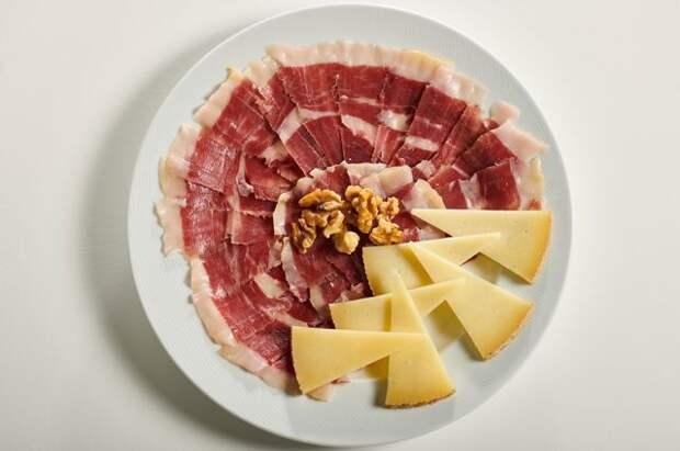 Почему сыр и свинина не избавят от дефицита белка