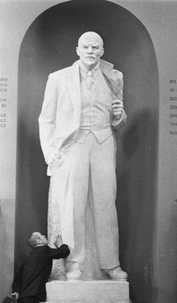 Скульптура Владимира Ильича Ленина в полный рост. 1970 год.