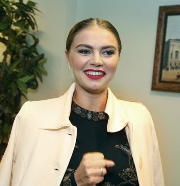 Алина Кабаева произвела фурор на мероприятии отличной формой и обручальным кольцом