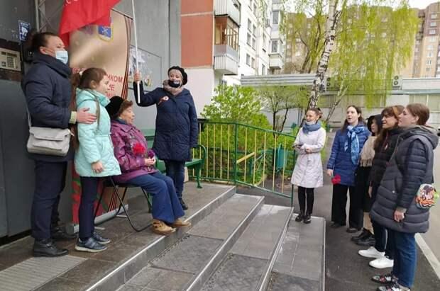 Музыкальными флешмобами во дворах поздравили ветеранов в Бабушкинском