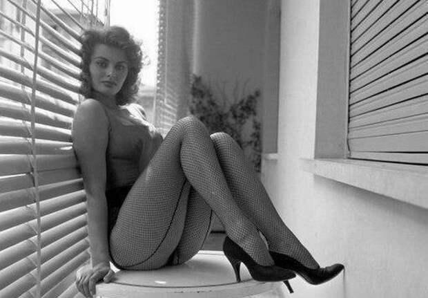 Софи Лорен во время эротической фотосессии в Риме. 1955 год.