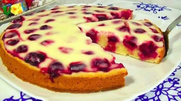 Пирог с черешней и нежной заливкой