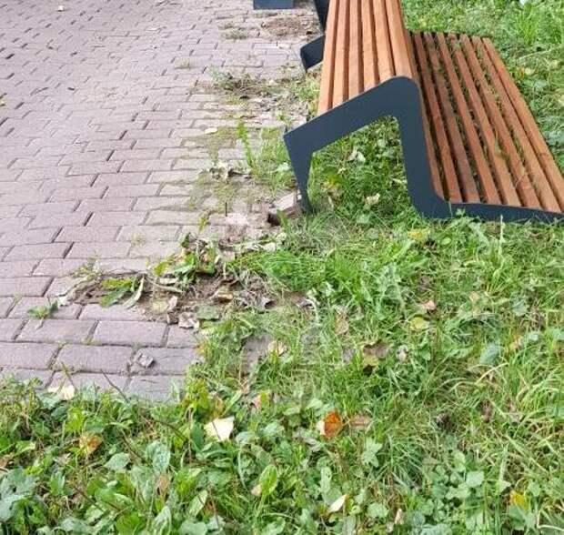 В сквере по Олонецкому проезду закрепили упавшую скамейку