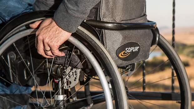 Кабмин профинансирует обеспечение инвалидов креслами-колясками