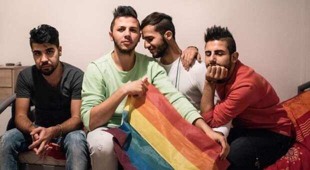 Франция: на президентскую кампанию Макрона обрушились арабы и геи