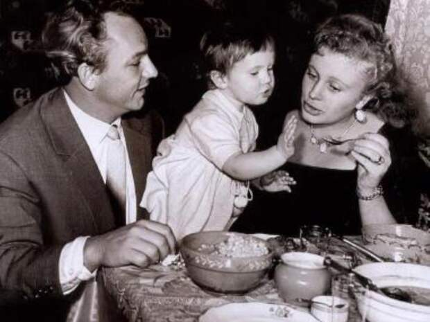 Алла Ларионова с мужем, актером Николаем Рыбниковым, и дочерью | Фото: biography-life.ru