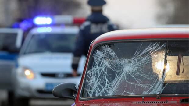 ВМоскве машина врезалась вавтобус, высаживающий пассажиров