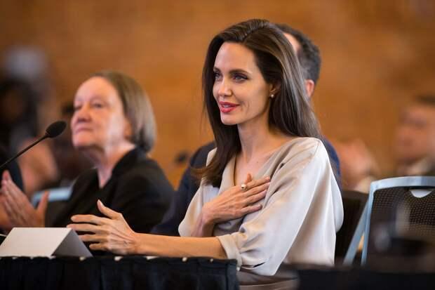 «Карантин породил всплеск насилия по всему миру»: Анджелина Джоли предупредила о последствиях самоизоляции