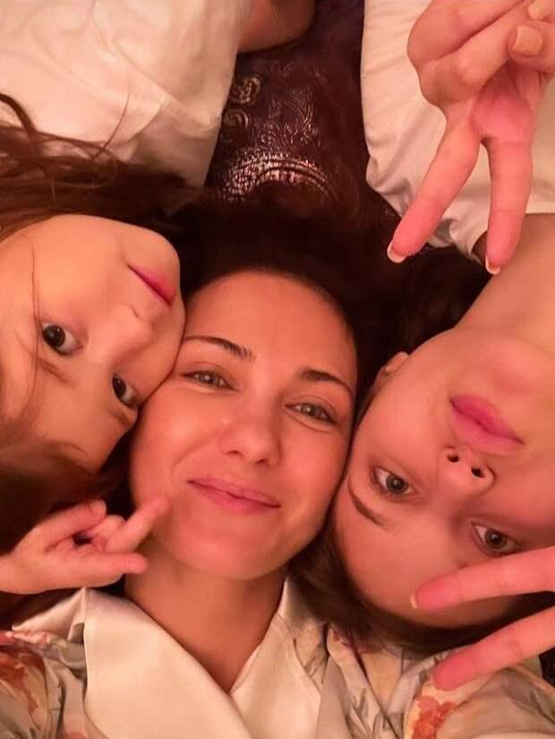 Три грации! Екатерина Климова опубликовала нежное фото с дочками
