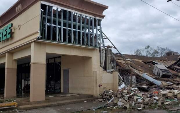 """Жертвами сокрушительного урагана """"Лаура"""" в США стали 6 человек"""