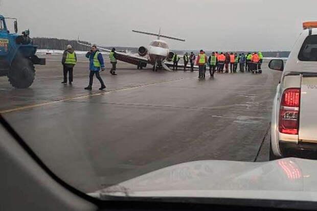 Самолет совершил аварийную посадку в аэропорту Внуково