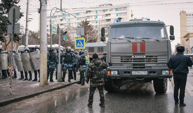 Ветераны МВД набронированном КАМАЗе устроили сюрприз студентам вНижнем Тагиле