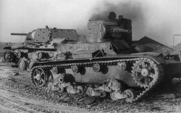На фото – подбитые советские танки Т-26 и КВ-1 3-й танковой дивизии, потерянные 5 июля 1941 года в боях c немецкой 1-й танковой дивизией на дороге Псков — Остров в районе деревни Карпово. военная техника, военное, история, много букв, танки, танки СССР, техника, факты