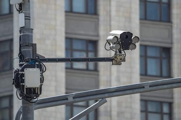 """Уличная камера наблюдения засняла хитреца, разыгравшего перед полицейским """"яркий"""" спектакль"""