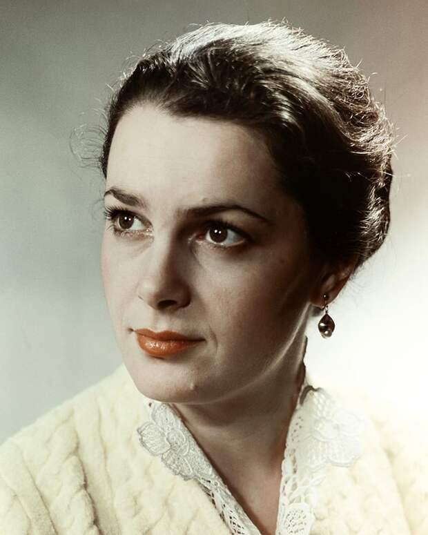 Как выглядела в детстве незабвенная Элина Быстрицкая и как преображалась ее красота на протяжении жизни, изображение №10