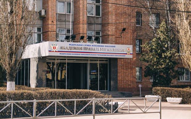 СМИ: из окна рязанской многоэтажки выпала 20-летняя курсантка Академии ФСИН