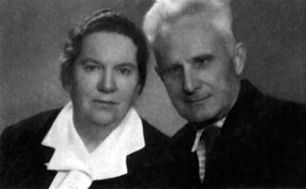 Родители: Авраам Петрович и Эсфирь Исааковна Быстрицкие.