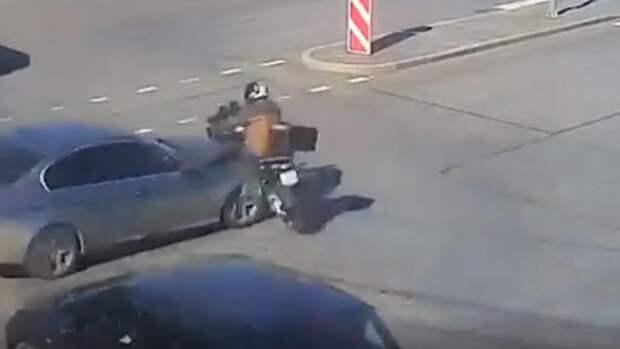 Мотоциклист получил серьезные травмы на перекрестке в Петербурге
