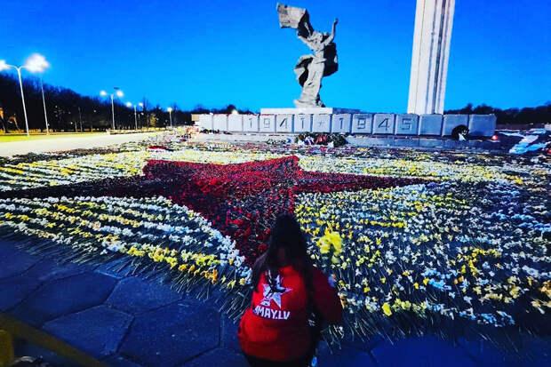 Запрет властей Латвии собрал у памятника Освободителям 20 тысяч рижан