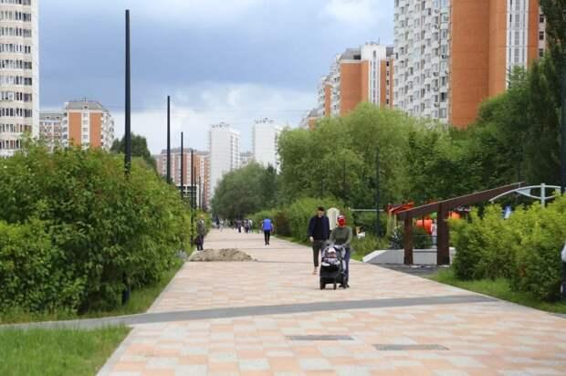Петр Толстой проверил работы по благоустройству пешеходной зоны в Марьино. Автор фото: Александр Чикин