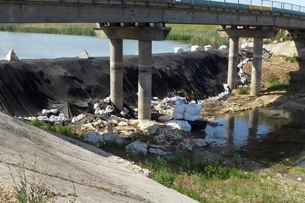 Украинская плотина начала разрушаться и пропускать воду в Крым