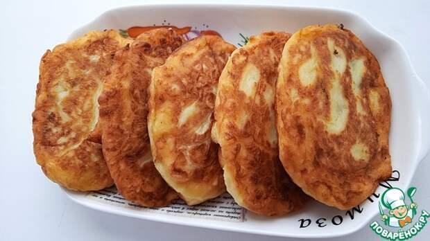 Картофельные пирожки с солеными огурцами