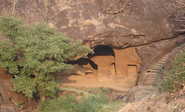 В погоне за тигром британец наткнулся на необычную пещеру. Тоннели привели в затерянный город