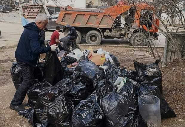 Активисты Sevsvalki.net собранным в парке мусором заполнили КамАЗ