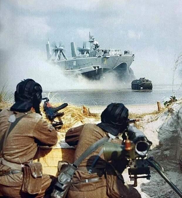 """БТР-60ПБ и МДК-165 """"Джейран"""" Балтийского флота СССР, конец 1970 годов."""
