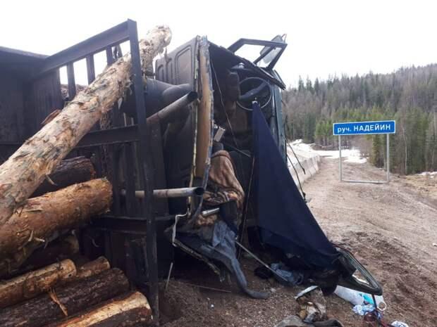 """Груженый лесовоз опрокинулся на трассе """"Вилюй"""" в Усть-Кутском районе Приангарья"""
