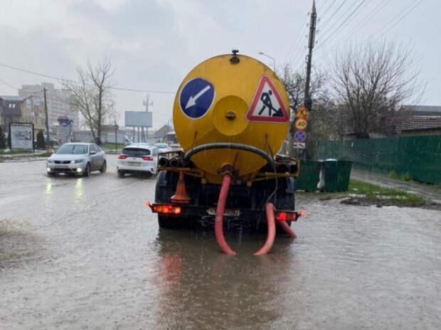 Потоп в Краснодаре: дождевую воду с улиц откачивает спецтехника