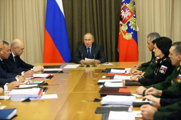 Владимир Путин продолжил серию совещаний по военной тематике. Фото: Константин Завражин