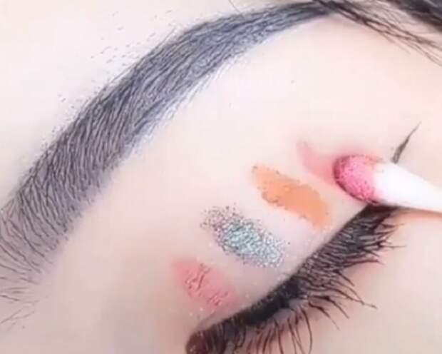 На ватные палочки нужно нанести разные тени. / Фото: elle.ru