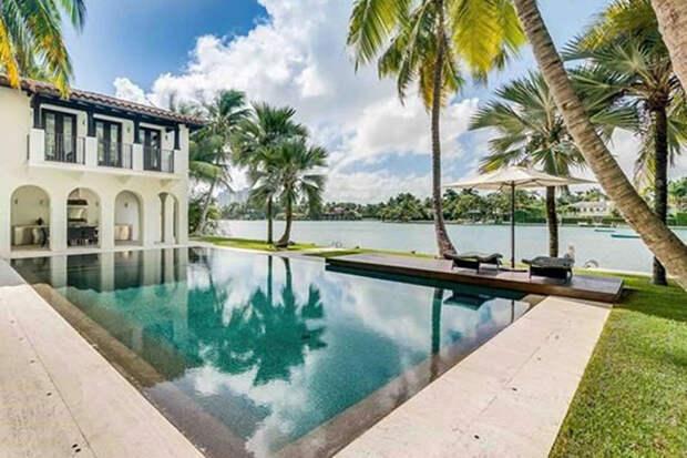В гостях у Карли Клосс и Джошуа Кушнера: экскурсия по новой вилле пары в Майами