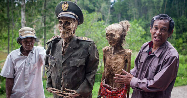 Фестиваль Манене: зачем индонезийцы раз в 3 года выкапывают мертвых родственников