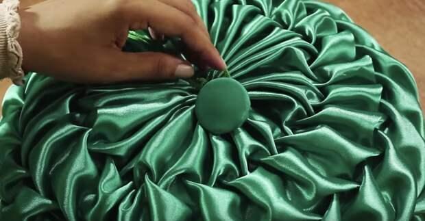 Декоративная подушка со складками в винтажном стиле