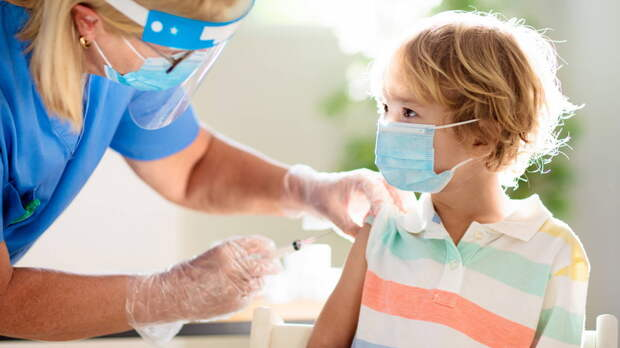 Американский регулятор посоветовал прививать детей от COVID-19