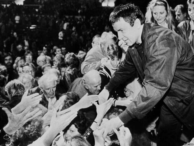 Анатолий Кашпировский пожимает руки восторженной толпе поклонников, 1989 год