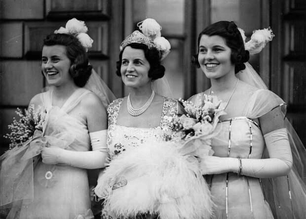 Розмари (справа) с сестрой Кэтлин (слева) и матерью перед представлением королю и королеве. / Фото:  Getty Images