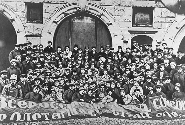 Делегаты 1-го Российского коммунистического союза молодежи. 29 октября 1918 года