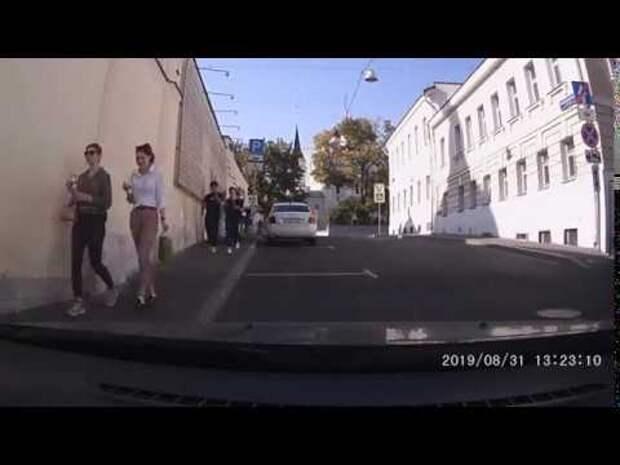 Появилось видео переодевания сторонника «оппозиции» в ОМОНовца 31 августа