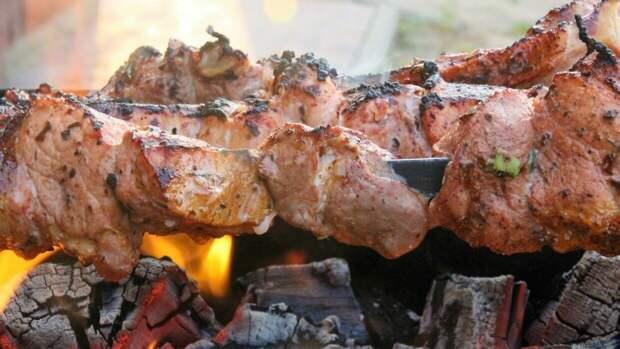 Врач рассказал, каким должно быть хорошее мясо для шашлыка