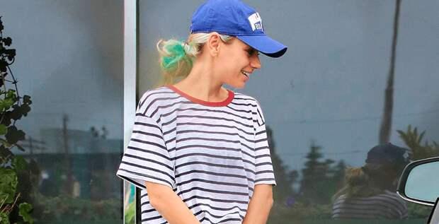 Мила Кунис перекрасилась в блондинку с зелеными прядями